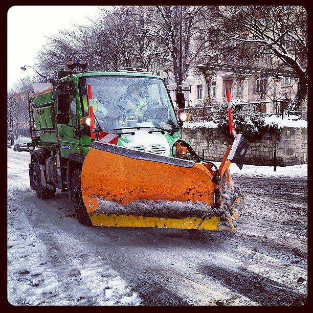 Snowplow in Paris / chasse neige en plein Paris #paris #snow #neige