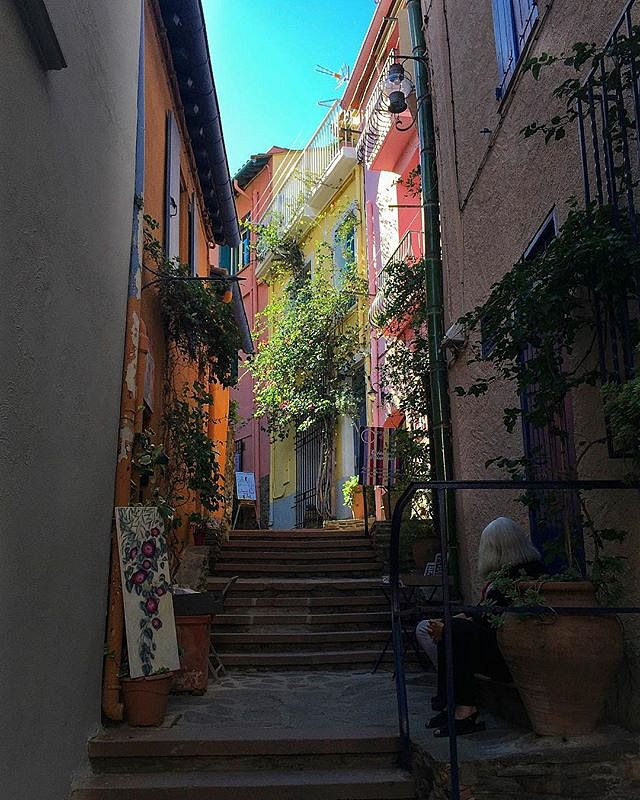 Little street in Collioure #tbt #collioure #street #rue #couleurs #colors